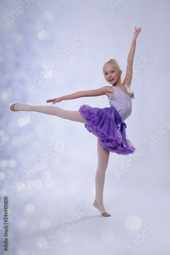 fototapeta na ścianę junge Ballerina tanz im Ballettstudio