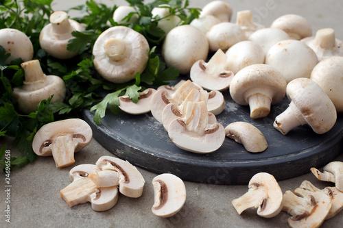 Leinwandbild Motiv funghi freschi su taglieri grigio