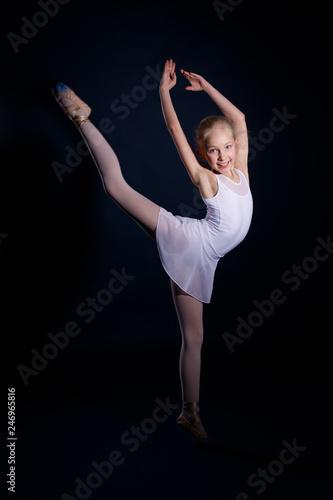 junge Ballerina tanz im Ballettstudio © studioessen