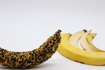 Banan w złoto-czarnej posypce.