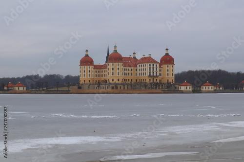 Blick zum Schloss Moritzburg über das Eis