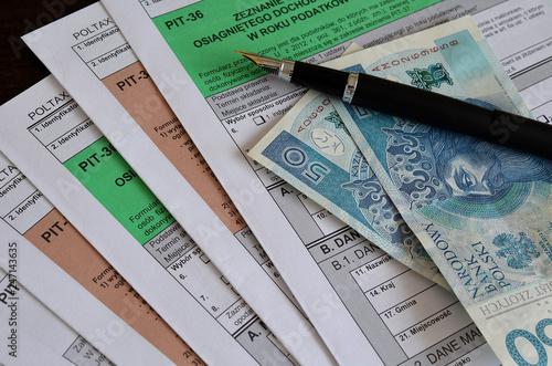 Formularze PIT, pióro i pieniądze © Pio Si