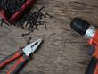 Narzędzia i wkręty na starym drewnianym stole