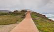 Holzpfad führt zu einem Aussichtspunkt - Panorama über den Atlantik