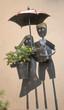 pot de fleurs couple avec parapluie - 247307815