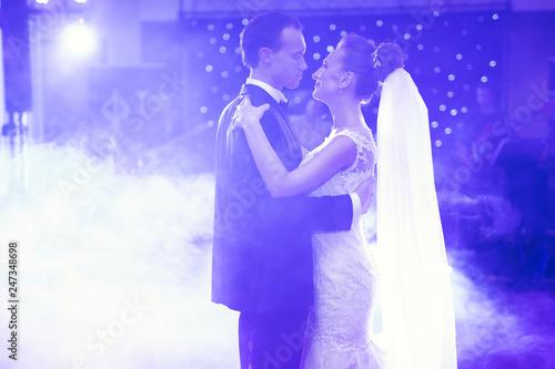 Leinwandbild Motiv First wedding dance of newlywed couple in restaurant