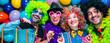 Leinwanddruck Bild - Karneval Party,Lachende Freunde in bunten Kostümen feiern Karneval .