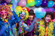 Leinwandbild Motiv Karneval Party,Lachende Freunde in bunten Kostümen feiern Karneval .