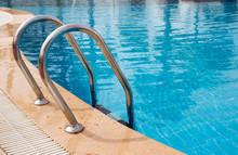 """Постер, картина, фотообои """"Grab bars ladder in the blue swimming pool"""""""