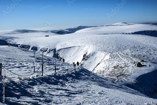 Droga na Śnieżkę od Śląskiego Domu. Zimowe Karkonosze, dolnośląskie, Polska, Europa