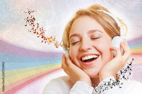 Lachende Frau hört Musik über Kopfhörer - 247524402