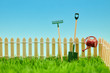 Werkzeuge für Gartenarbeit am Zaun vom Kleingarten