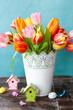 Leinwanddruck Bild - Bunte Tulpen mit Dekoration