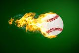 brennender Baseball fliegt vor grünem Hintergrund