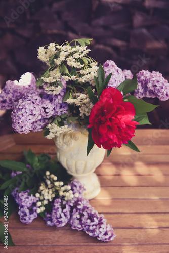 Blumenstrauß mit Flieder und Pfingsrosen - 247608485
