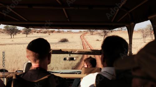 Gravel Road, Safari durch die Savanne Namibia im offenen Jeep, Geländewagen © S. Engels