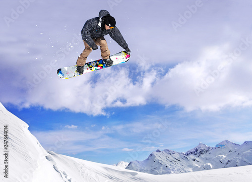 mata magnetyczna Snowboarder jumping through air with blue sky in background
