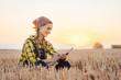 Leinwandbild Motiv Bäuerin berechnet den Ertrag der Ernte am Abend eines langen Tages