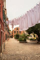 Calle con ropa tendida en Murano, Italia.