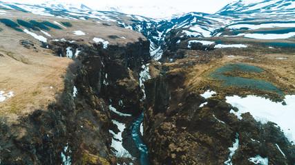 Schlucht mit Wasserfall in Island © Christian Schwier