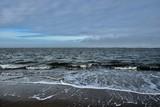 Kalte Nordsee im Herbst und bewökter Himmel