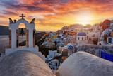 Blick auf das idyllische Dorf Oia mit den weißgewaschenen Häusern auf Santorini, Kykladen, Griechenland, bei Sonnenuntergang