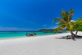 Koh Lipe z piękną plażą i niebieskim niebem przy Koh Khai w Andaman morzu, Tarutao park narodowy, Satun prowincja, Tajlandia