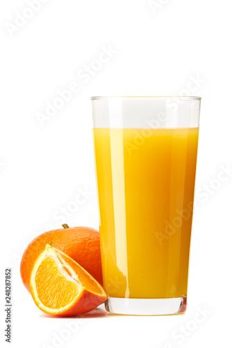 Sok pomarańczowy wyciskany ze świeżych pomarańczy na białym tle