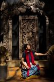Femme et boiserie sculptées au black temple de Chiang Raï