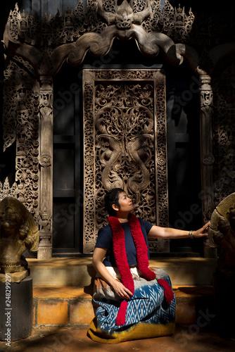 Femme et boiserie sculptées au black temple de Chiang Raï © Phil Jobs