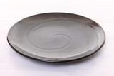 白い木製テーブルに置かれた黒い皿 - 248323003