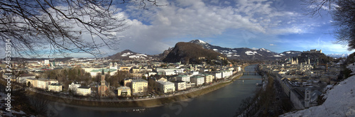 Panoramablick vom Mönchsberg auf die Stadt Salzburg - 248351814