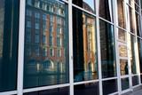 altes Gebäude am Alsterfleet spiegelt sich in Fenstern - 248475290