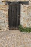 Provence: Alte Tür in einer Hausmauer aus Bruchsteinen