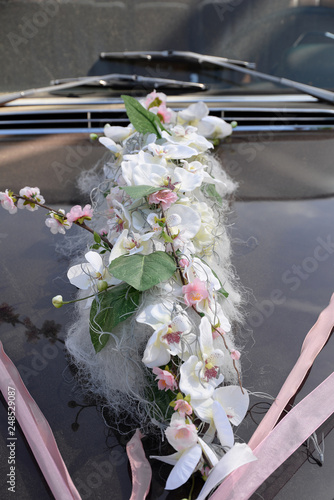 Blumenschmuck auf einem Auto