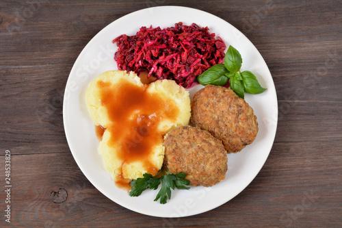 kotlety mielone z ziemniakami, sosem i surówką - 248533829