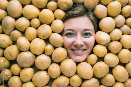 canvas print picture Frau mit Kartoffeln , Konzept für Lebensmittelindustrie. Gesicht von lachende Frau in Kartoffel flache.