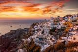 Romantischer Sonnenuntergang über dem Dorf Oia auf Santorini, Kykladen, Griechenland, im Sommer