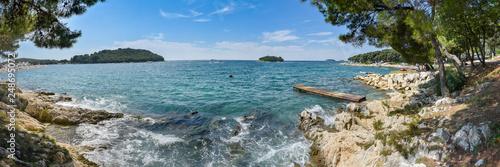 Panorama Adria mit felsigen Strand auf Istrien - 248695072