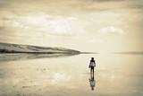 samotny człowiek, jezioro słone, Turcja - 248813216