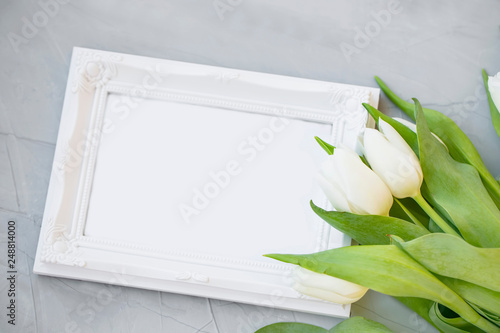 Foto Murales White tulips with empty frame copy space, spring mother's day greeting, beautiful spring tulips bouquet