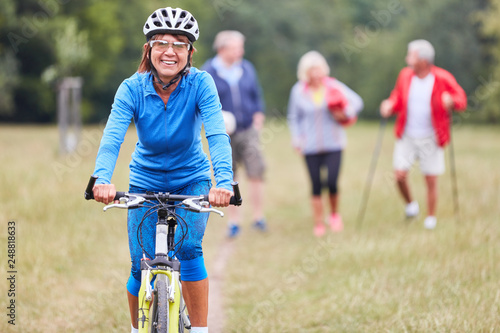 Leinwanddruck Bild Senior Frau auf dem Mountainbike
