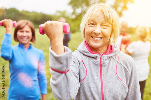 Leinwanddruck Bild Gruppe Senioren macht Hanteltraining