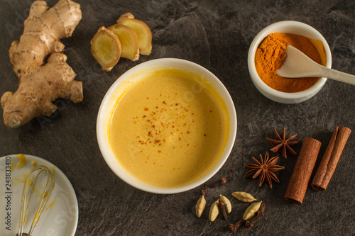 Healthy beverage made from ginger, turmeric and other spicies © DIA