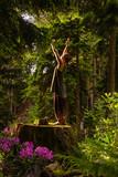 una ragazza saluta il sole meditazione foresta