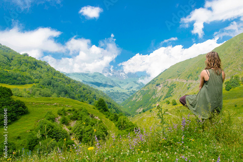 Foto Murales una donna medita nella natura yoga