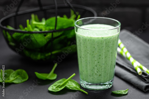 Leinwanddruck Bild Spinach smoothie. Healthy vegan detox eating. Tasty breakfast beverage