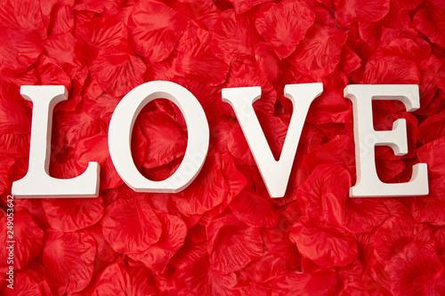 Foto Murales Pétales de roses rouges et mot amour love