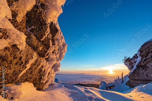 Blick über den verschneiten bayerischen Wald im Nebelmeer