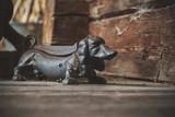 Schuhabtreter in Dackelform, rustikaler Hintergrund